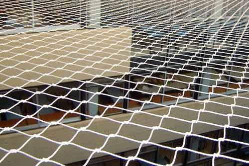 Instalación de redes o mallas para evitar la entrada de palomas